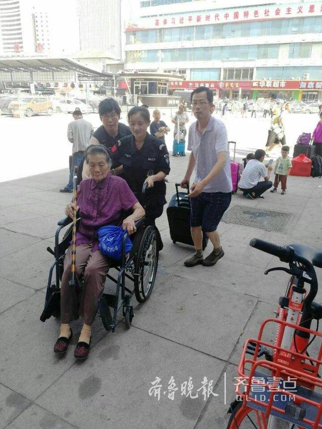 八旬老人坐轮椅赶火车不便,热心工作人员辟绿色通道