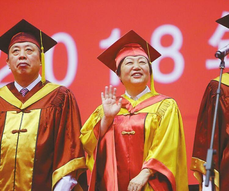 山大举行本科生毕业典礼 校长樊丽明首度赠言毕业生 4个山大人故事诠释如何去奋斗