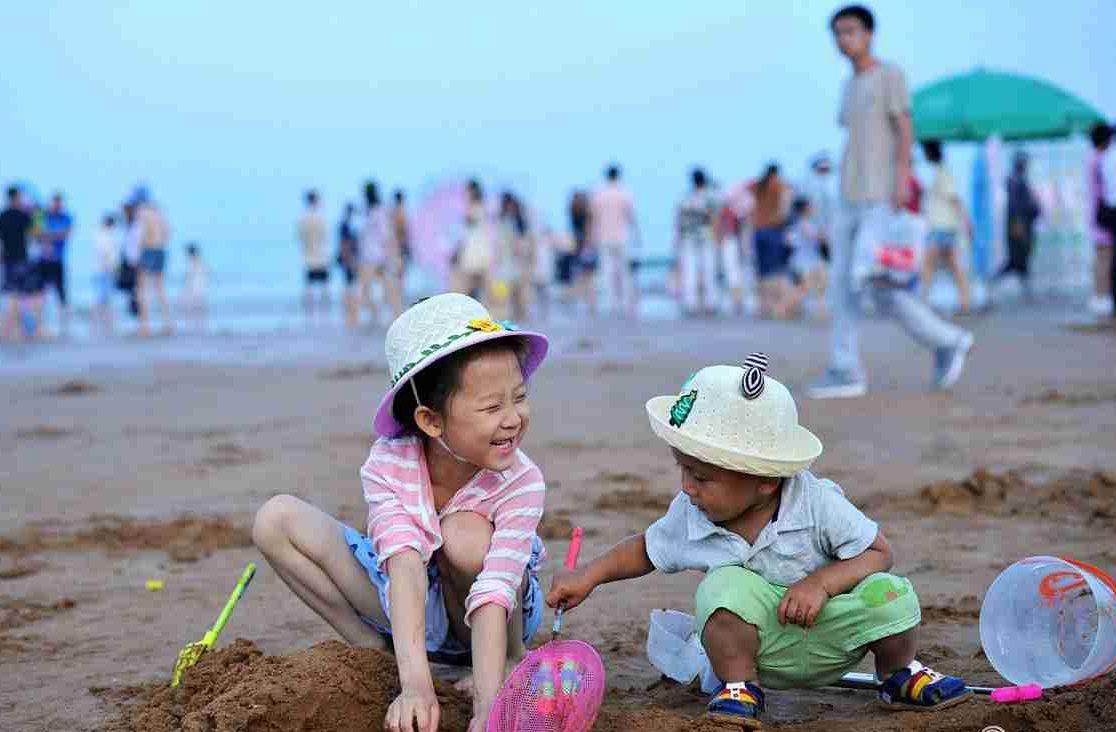 青岛8大海水浴场7月1日开放 部分游客下水享受清凉