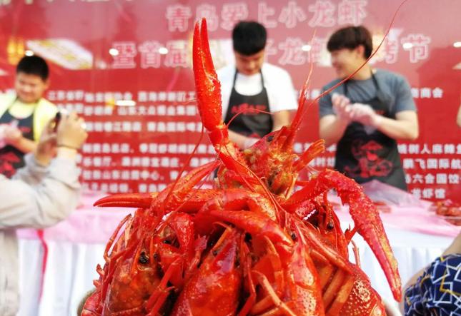 高清:青岛上演吃麻辣小龙虾比赛 冠军35秒横扫10只