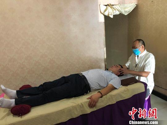 甘肃甘谷县中年盲人创业记:走出阴影 靠双手生活