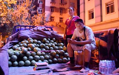 济南深夜街头卖瓜夫妻:吃住在车上,就怕天不热