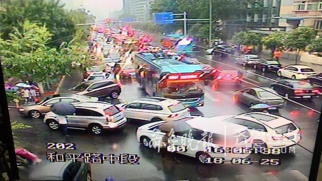 大雨路况!济南市区部分道路积水,这些地方已交通管制