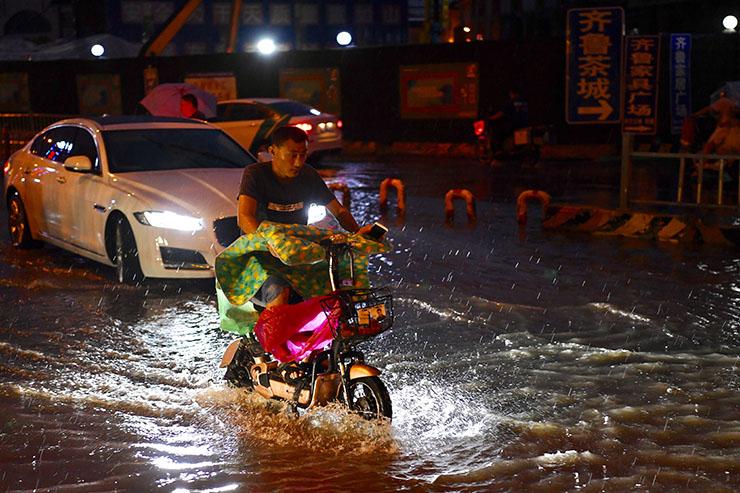 """强降雨来啦!济南市民马路上演""""水上漂"""""""