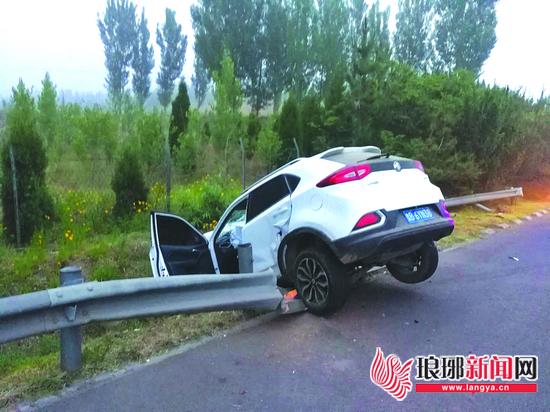 临沂高速:司机熬夜看完世界杯 开车睡着酿车祸