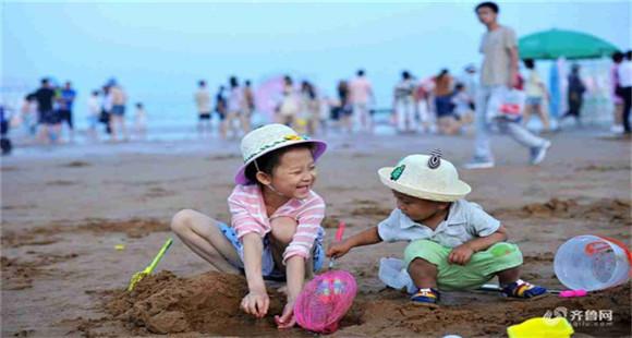 青岛八大海水浴场7月1日开放 部分游客下水享清凉