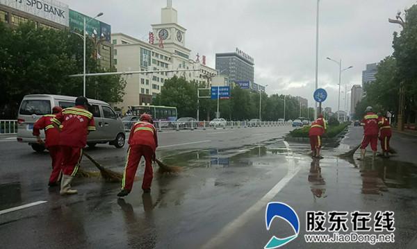 暴雨夜袭港城 环卫工人冒雨奋战保障道路畅通