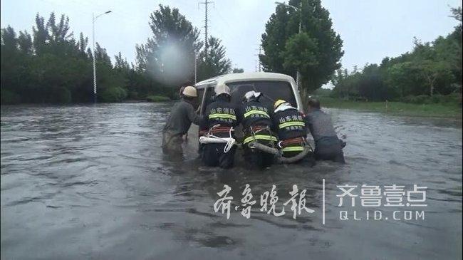 济南高新区多辆轿车被困积水中,消防官兵冒雨救援