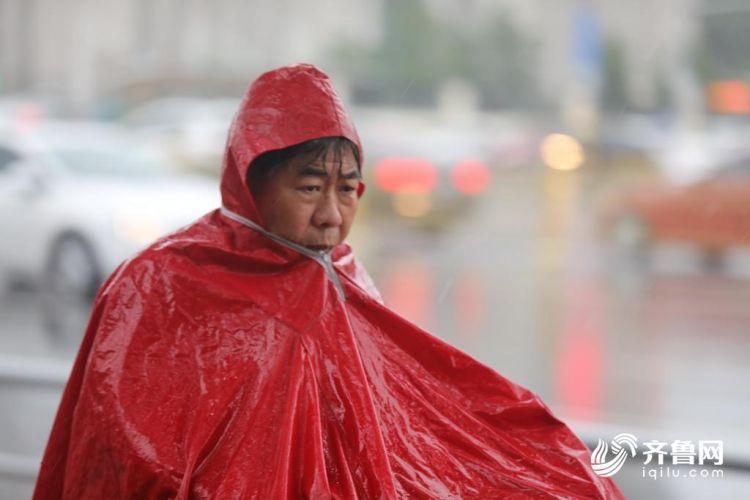 济南今日迎来降雨 放工路上骑行者们风雨无阻