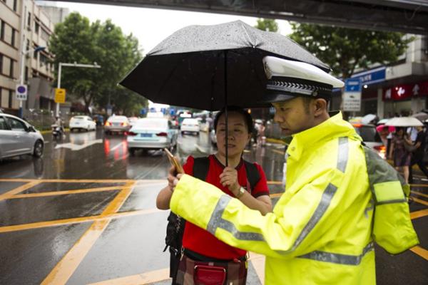 济南遭遇持续强降雨,他们雨中坚守的身影很感人