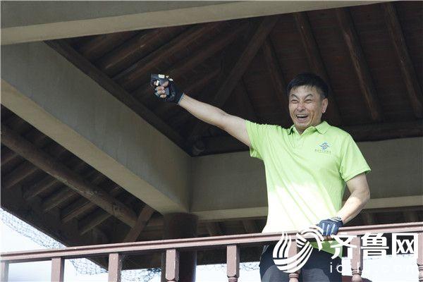 2—烟台市口腔医院党总支书记、副院长孙雅滨宣布活动正式启动并鸣枪