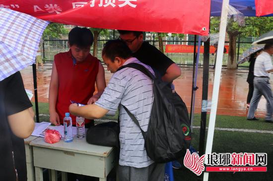 省内外百余家高校来临沂揽才 大雨难挡考生问前程