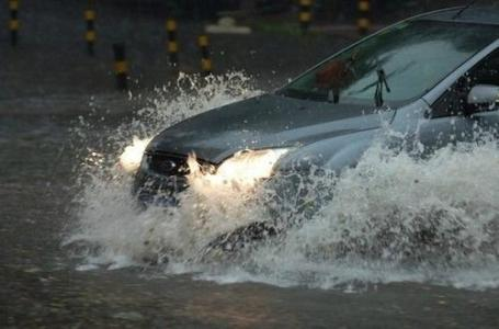 """淄博正式进入雨季恶劣天气增多 高速交警支招""""雨中行车"""""""