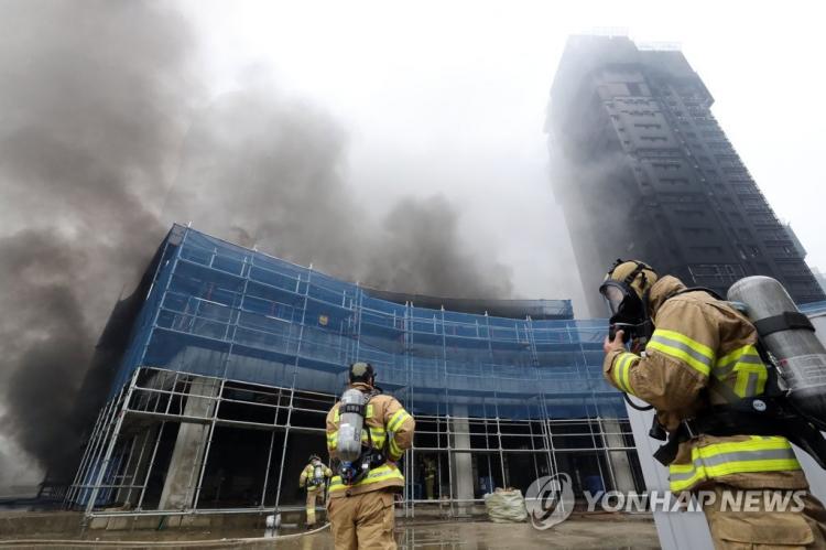 韩国一公寓施工现场突发大火 通报称12名中国公民受伤