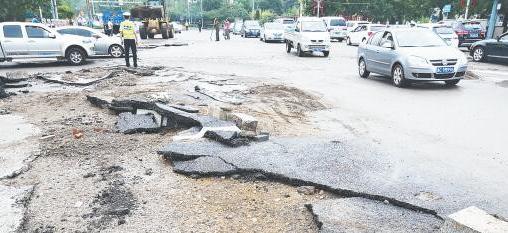 暴雨冲毁路面 博山市政人员凌晨紧急抢险