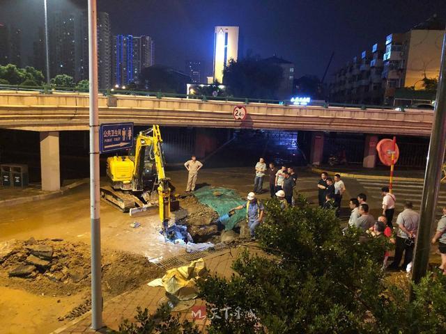 济南八一立交桥南侧出现供水管网漏点 连夜抢修 力争28日17时前维修完毕!