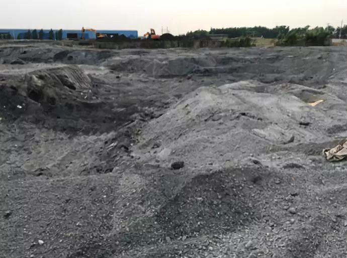 经核实,该垃圾填埋场位于张家港市乐余镇齐心村五干河东侧,原用于填埋