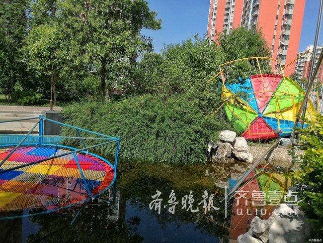 情报站|大风!济南一小区幼儿园游乐设施被刮进水池