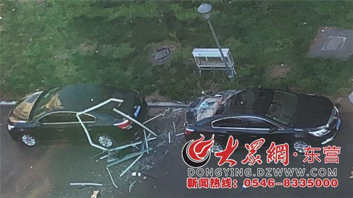 深夜一场狂风暴雨 东营华泰国际豪园一窗户掉落砸中俩车