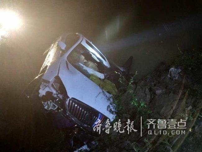 雨夜轿车掉进河沟,郓城民警砸开挡风玻璃救人