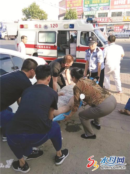 老人街头摔倒面部鲜血直流 好心市民伸出援手(图)
