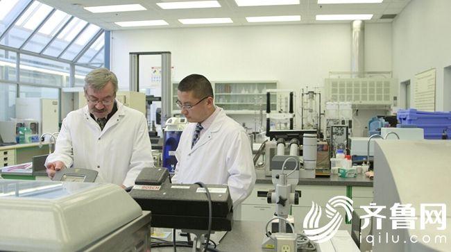 图4:喜旺科研人员和来自世界各地的食品科学家探讨研发技术