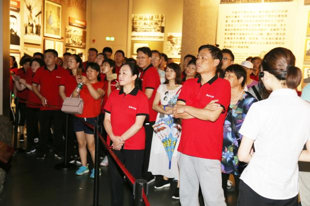 6在毛泽东纪念馆认真聆听讲解