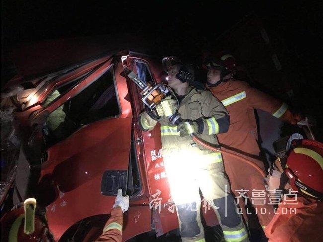 泰安:两货车追尾两人被困 消防官兵破拆救人