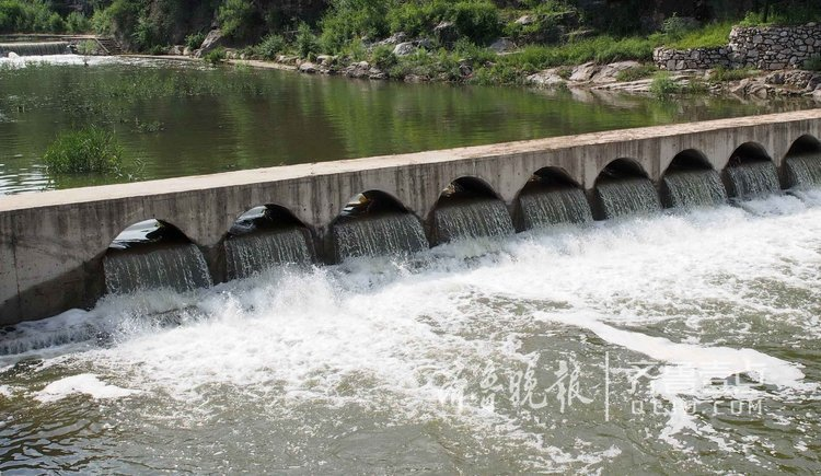 济南南山干枯河道复苏,形成十几道流瀑