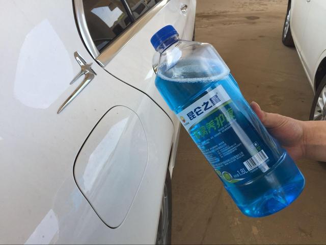 """高档捷豹车真""""水""""了 中石油加油工给车主加油加成玻璃水"""