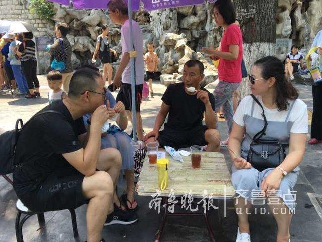 济南黑虎泉畔大碗茶出摊了,今年还卖冰棍人气挺高