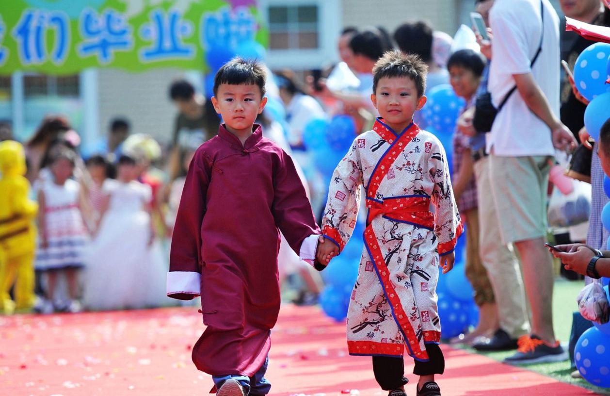 青岛:幼儿园毕业小朋友走红毯 造型奇特古今中外兼具