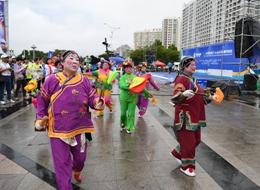海阳国际马拉松激战正酣 海阳大秧歌赛道抢镜
