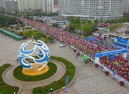 航拍2018仙境海岸海阳国际马拉松选手起跑瞬间