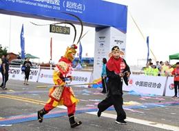 """""""猪八戒""""吸睛、轮椅选手励志 海阳马拉松精彩瞬间不容错过"""