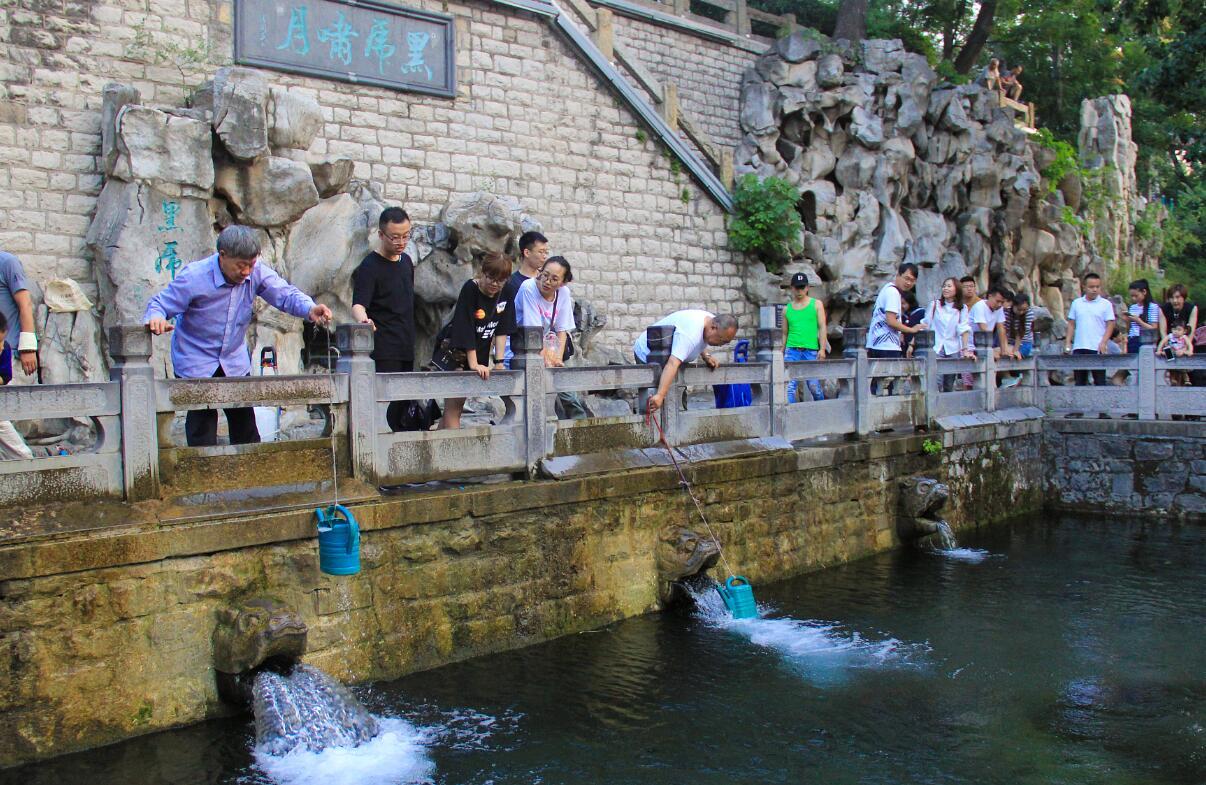 济南高温天气来袭 市民游客泉边纳凉