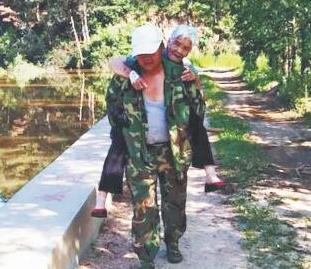 淄博耄耋老人迷路摔伤 护林员把他背下山
