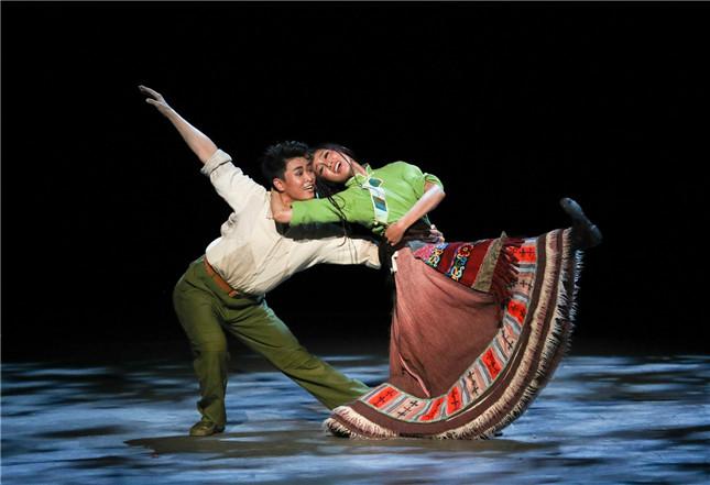 原创民族舞剧《天路》首演 鲜活人物感动每位观众