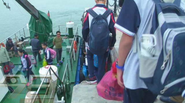 岛上没中学 青岛这几名孩子每周要坐船去上学(图)