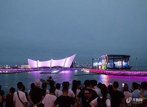 青岛奥帆中心重新开放 市民隔岸欣赏美丽灯光秀