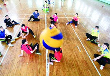 坐在地上打排球 走近临沂残疾人坐式排球队