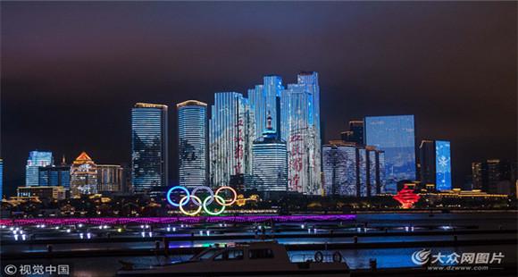 青岛奥帆中心重新开放 市民隔岸欣赏灯光秀