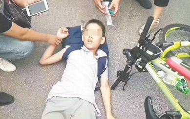 张店男孩骑车摔晕 路人忙施救网友帮找家人