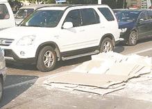 散落在地堵左转车道 淄博警民合力清理占道石膏板
