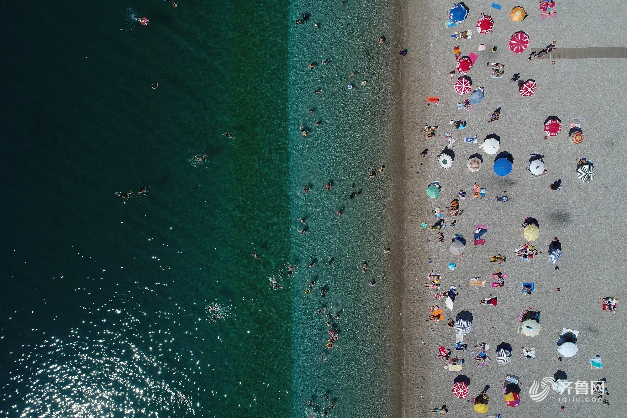 土耳其现42度高温 民众扎堆海滩纳凉
