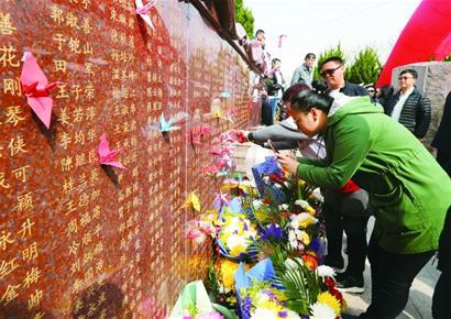 生命奉献林已有千名捐献者名字镌刻在纪念墙上(图)