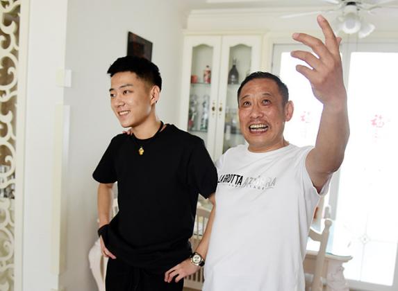 青岛抖音父子:有爱尬舞让他们收获百万粉丝