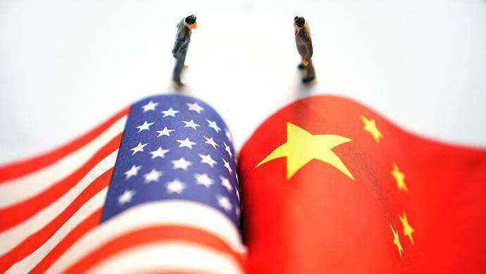 近日,美国政府多次对世界贸易组织表示不满,威胁要退群,宣称美国在贸易等方面受到不公平待遇,美国吃亏了。值得注意的是,这种所谓美国贸易吃亏论,正在成为美方无端发动贸易战的由头。一个当今世界综合实力最强的发达国家,竟堂而皇之大讲自己在国际贸易中受到欺负、吃了大亏,这实在是令世人大跌眼镜的咄咄怪事。 吃不吃亏,要看规则谁制定。众所周知,美国主导创立了二战后国际经济、贸易、金融体制,并在此后几十年牢牢掌控国际经贸规则的创设权和修订权。从关贸总协定到世贸组织成立,从布雷顿森林体系到国际货币体系的变革,美国始