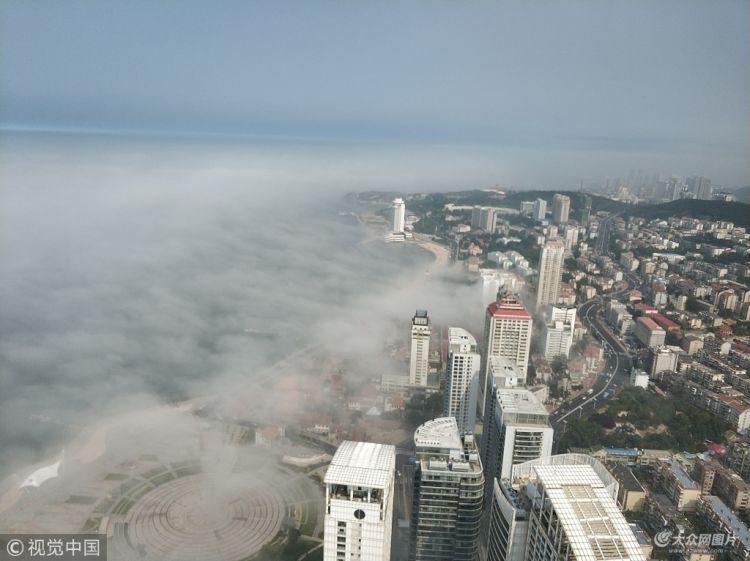 烟台:雾从海上来 滨海广场似仙境