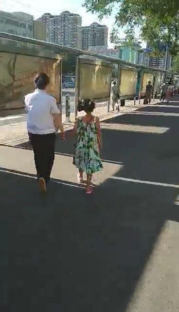 小女孩忘下车不信工作人员帮助 称工装能造假站台能租